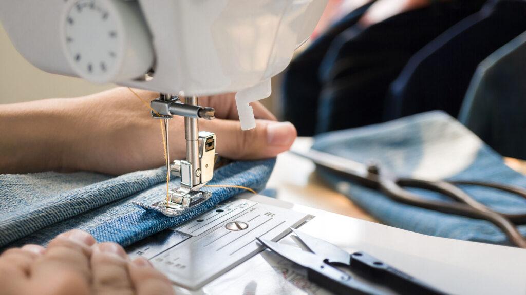 Cómo cambiar el prensatelas de tu máquina de coser
