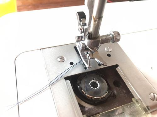 Tu máquina de coser no agarra el hilo de abajo